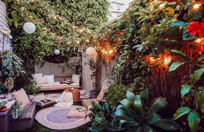 exemple comment aménager une cour arrière de style bohème, déco jardin petit espace avec meubles rotin et bois