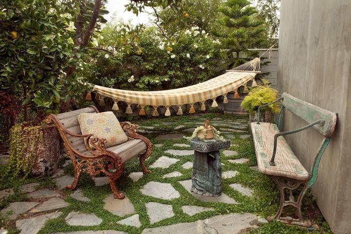 déco bohème chic dans une cour arrière avec gazon et dalles, modèle de chaise bois brut style rétro chic pour jardin