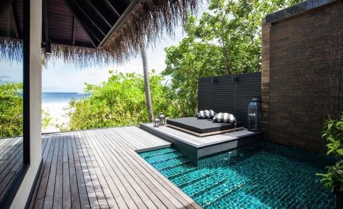 décoration exotique sur une terrasse bois et piscine au carrelage turquoise, modèle de piscine maison exotique