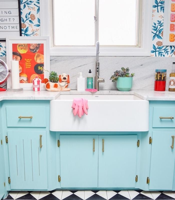 repeindre meuble cuisine de couleur bleu pastel avec plan de travail marbre, papier peint fleuri, évier blanc, idée cuisine vintage chic