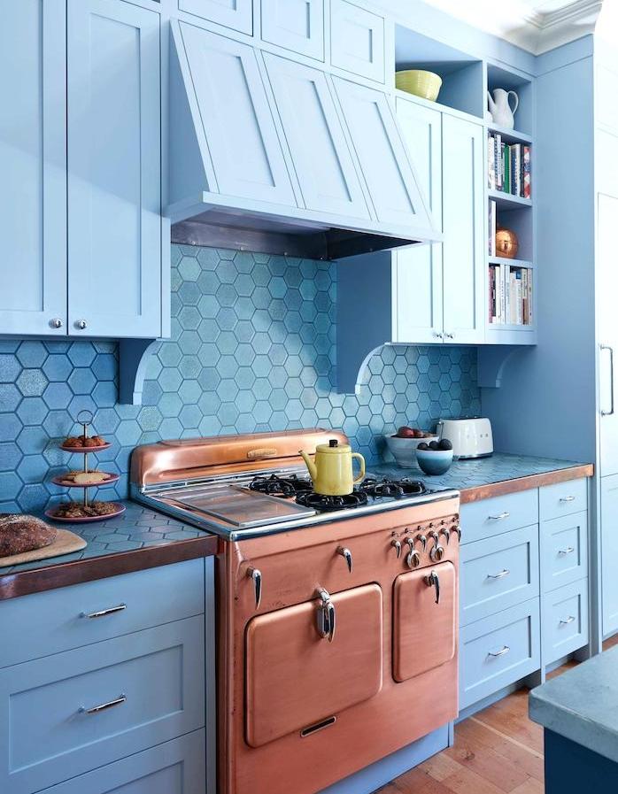 four ancien en cuivre, meuble bas et haut bleu et credence bleue effet écaille, parquet bois clair, deco cuisine bleue