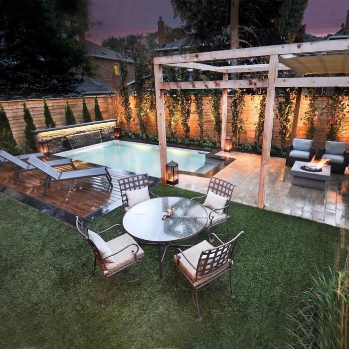 quel mobilier de jardin autour de piscine, exemple de transats en fer, modèle de piscine rectangulaire avec cascade