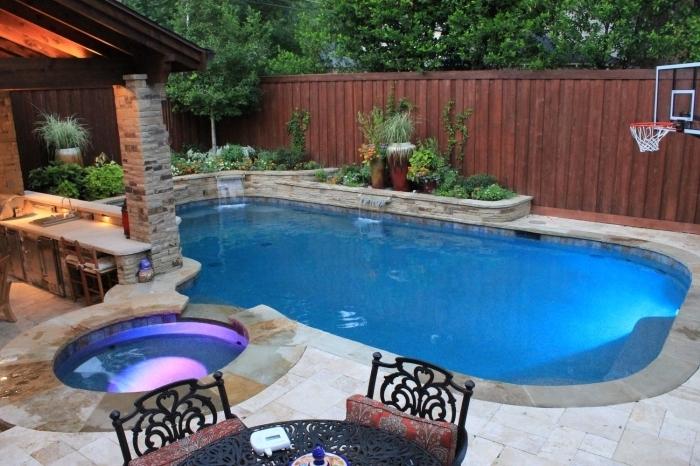 comment décorer l'espace autour d'une piscine, idée aménagement extérieur d'une maison avec cuisine d'été