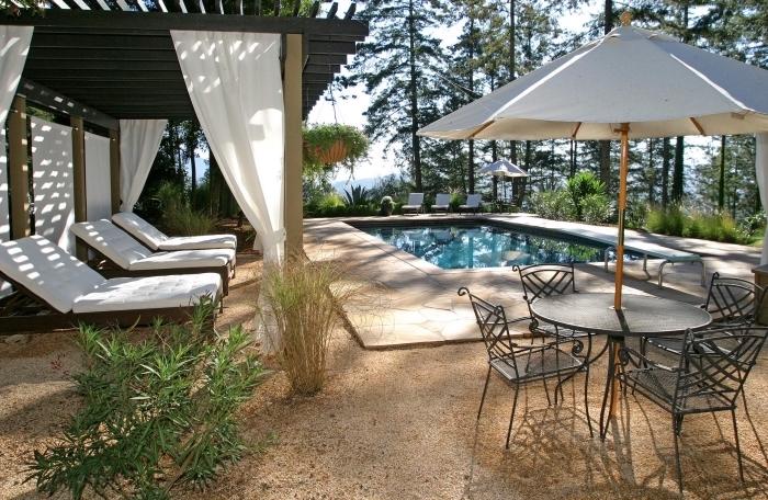 design intérieur exotique avec piscine et terrasse en carrelage, modèle de transats piscine avec matelas blancs