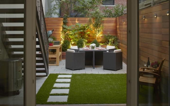 design extérieur de style moderne avec mobilier gris et coussins blancs, idée comment décorer cour arrière avec clôture bois