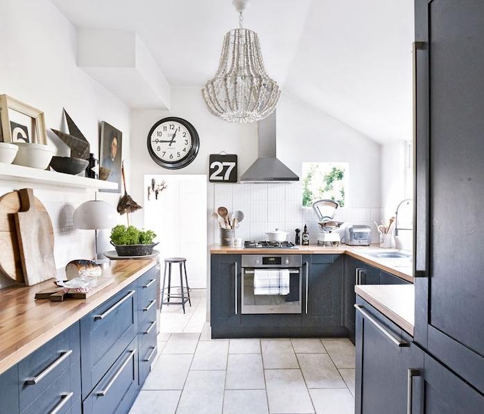 couleur bleu gris en deco cuisine avec plan de travail bois, murs blancs, lustre élégant, deco cuisine campagne élégante, sol carrelage gris clair