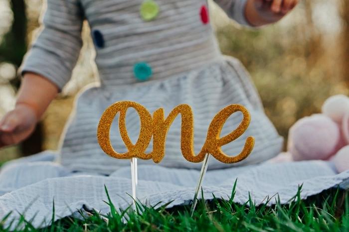 idées décoration d'anniversaire 1 an, séance photo dans le parc ou le jardin pour anniversaire 1 an