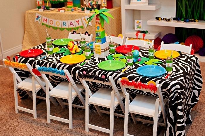 deco table anniversaire 1 an sur le thème jungle, déco de table anniversaire colorée avec nappe zèbre et un centre de table palmier en blocks de construction