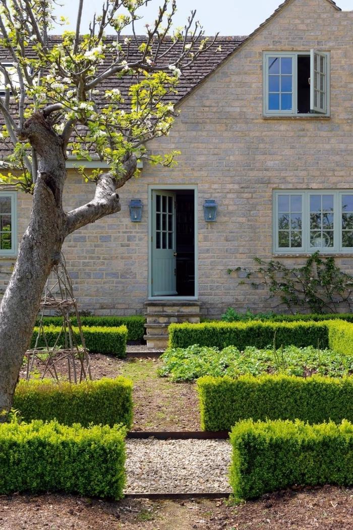idée aménagement extérieur entrée maison, petit jardin paysager avec galets et arbre devant une maison à façade briques