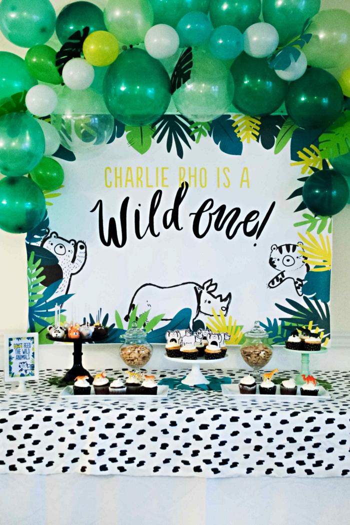 arche de ballons en nuances de vert et toile de fond jungle pour décorer un candy bar anniversaire sur le thème de la jungle, deco anniversaire enfant sur le thème tropical