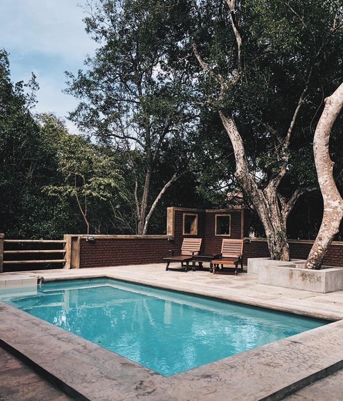 idée amenagement terrasse piscine extérieure, meubles de piscine en bois et fer, déco de jardin avec piscine