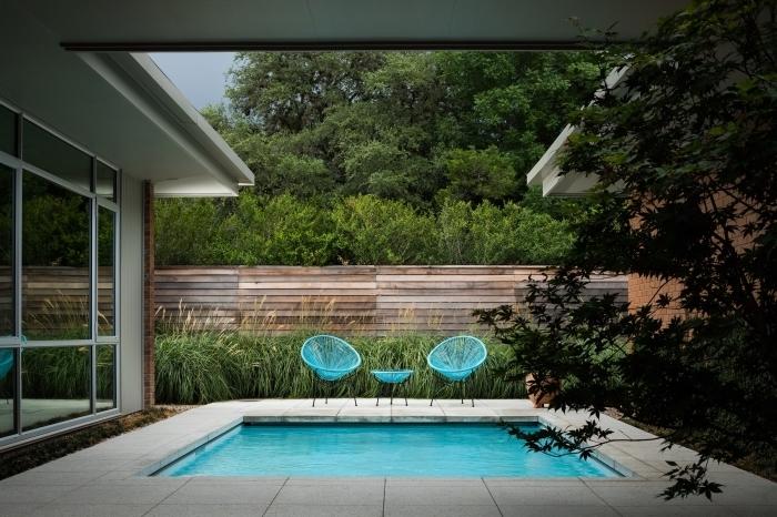 comment décorer une cour arrière avec piscine de style minimaliste, modèle meubles de jardin moderne en bleu