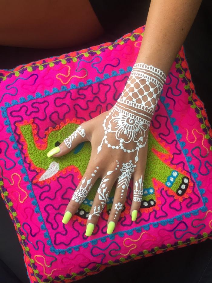 modele henné main facile, exemple de dessin sur peau en blanc, idée tatouage henné pour mariage à effet bracelet