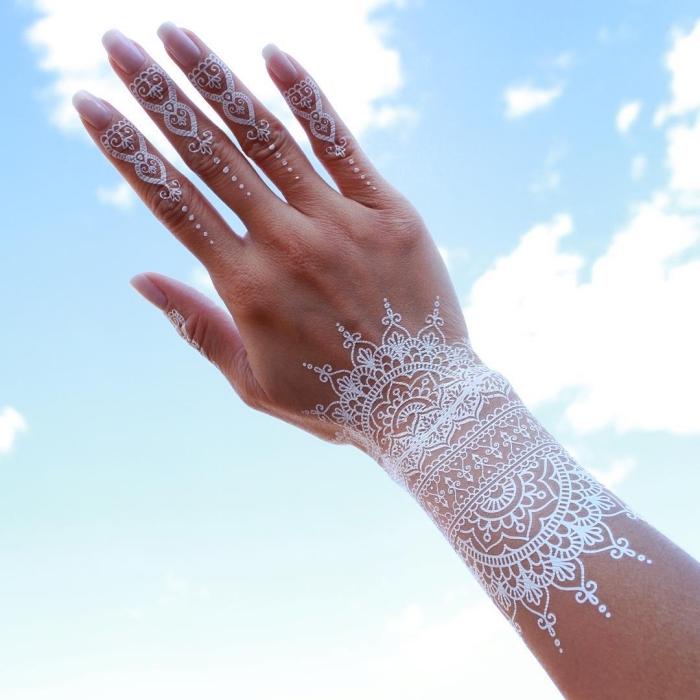 idée dessin henné sur les doigts, modèle de tatouage éphémère aux motifs ethniques sur les doigts, tattoo blanc effet bijou