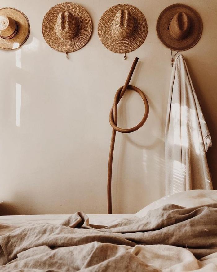 déco de chambre à coucher bohème, pièce aux murs peinture beige clair avec accents en marron et beige comme déco