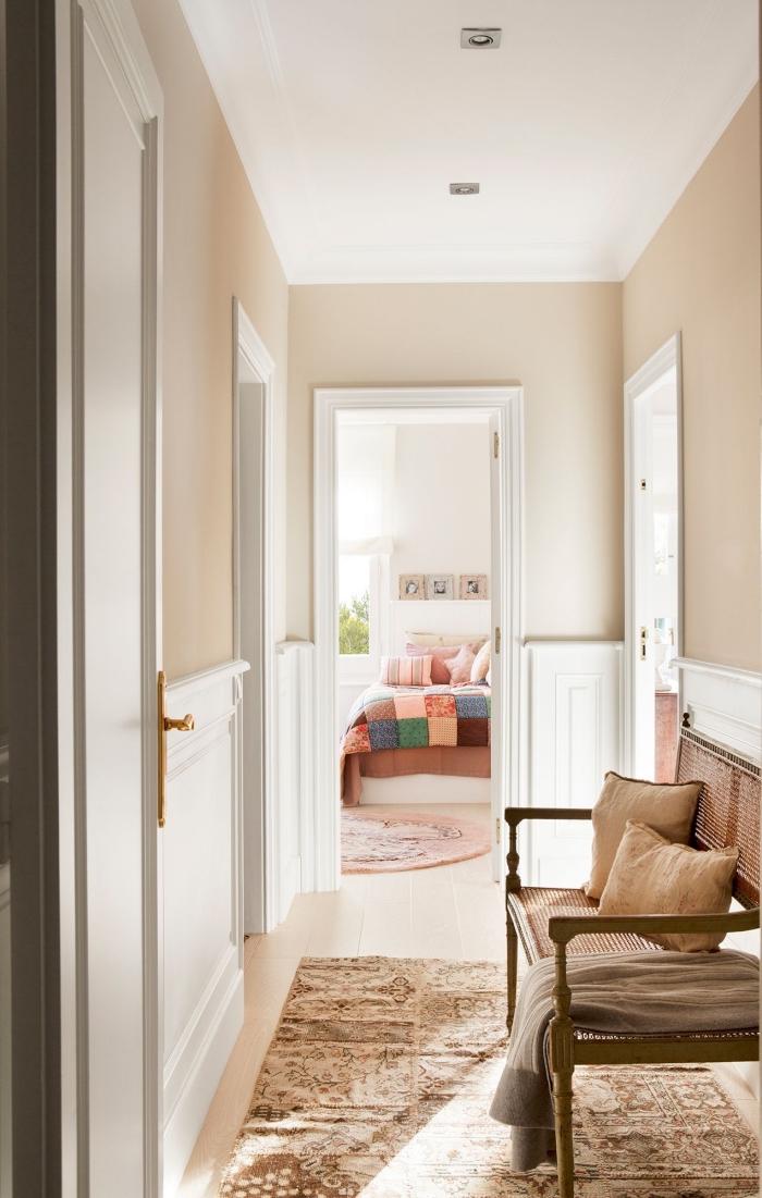 comment décorer son intérieur avec nuances neutres, idée peinture sable pour couloir, pièce beige et blanc avec meubles bois