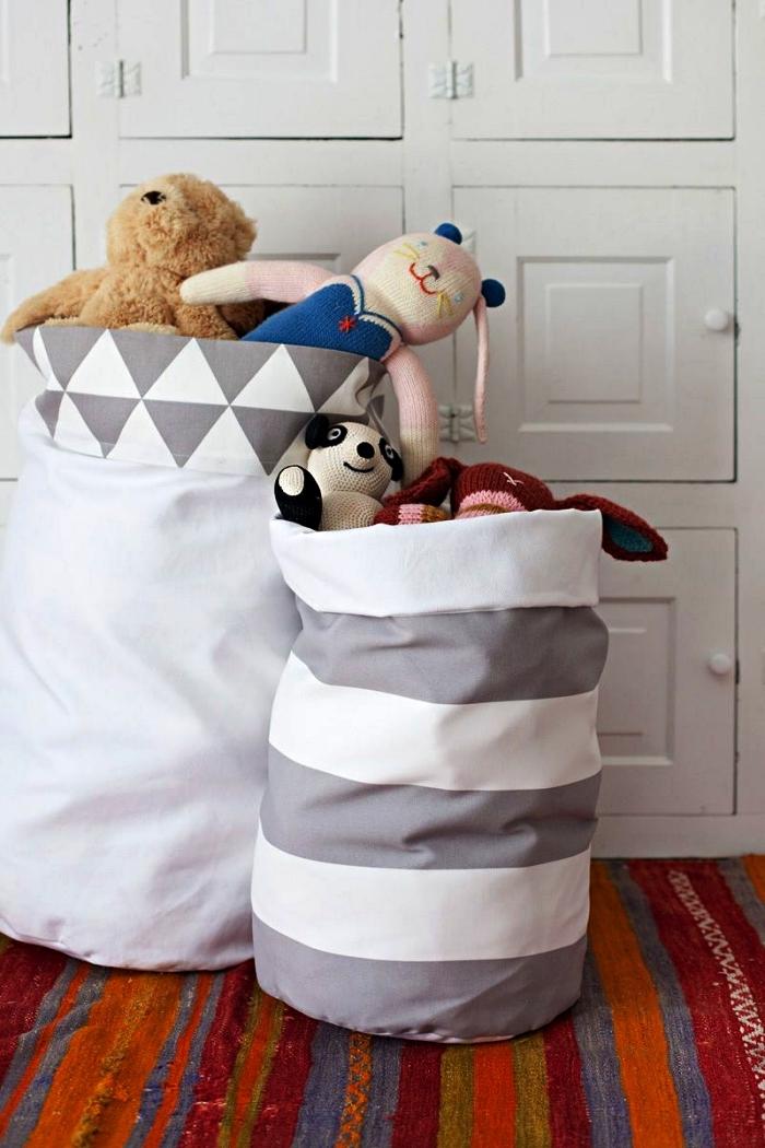 sac de rangement en tissu imprimé graphique blanc et gris, rangement déco pour jouets idéal pour une chambre d'enfant de style scandinave