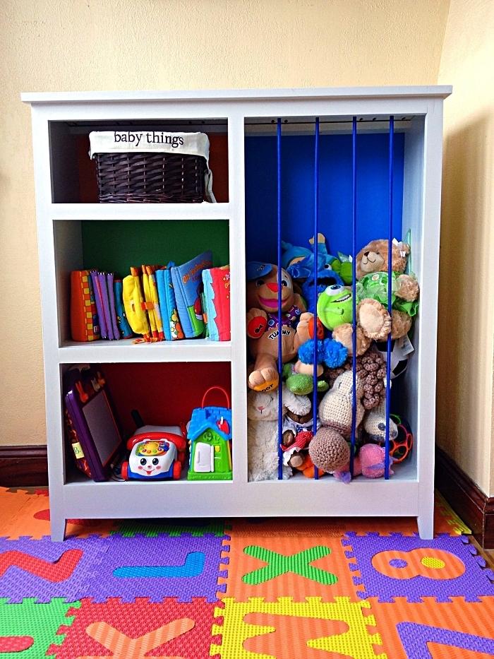 meuble de rangement ikea avec étagères ouverte et compartiment détourné en cage à peluches