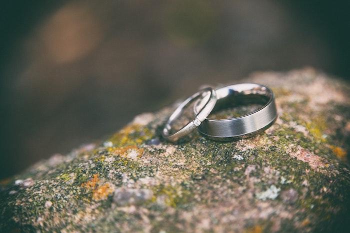 Simple bague mariage pour elle et pour lui, choix de matériel pour les alliances de mariage
