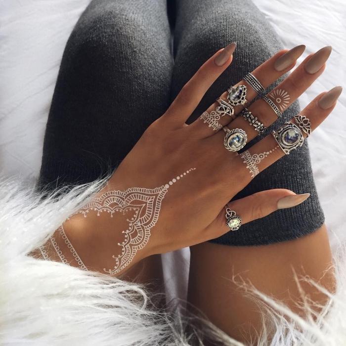 manucure gel ongles longs à vernis gris clair, exemple de tatouage éphémère sur les doigts à effet bijoux bohème