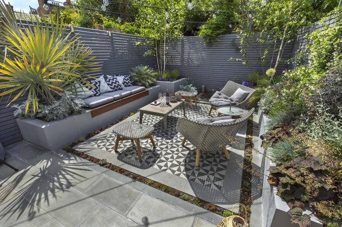 comment aménager son jardin de style moderne, modèle jardin avec meubles tressés et revêtement de sol en carrelage