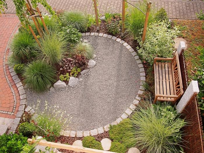 jardin paysager, idée décoration jardin extérieur, modèle de petit jardin en forme de cercle avec sable et galets blancs