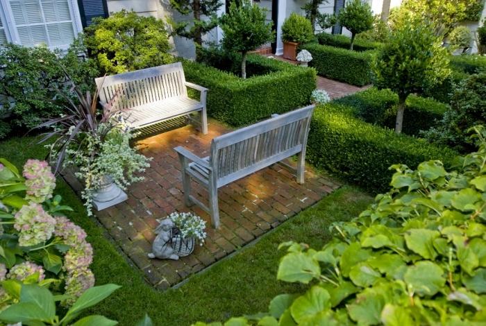comment amenager jardin à petit espace, déco terrasse petit espace en pierre avec pelouse et banc en bois