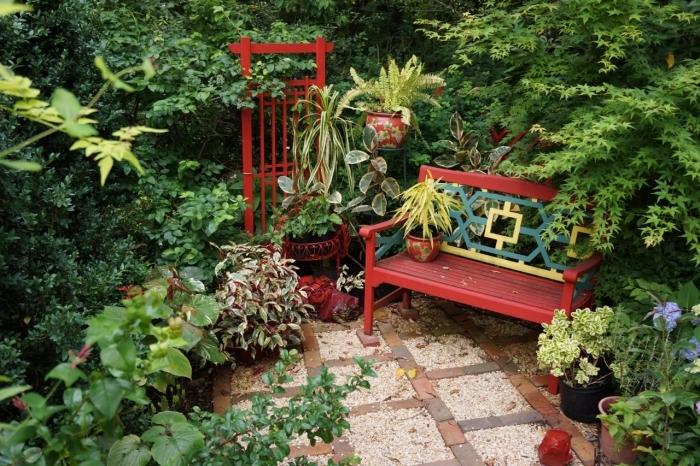 meubles de jardin en bois peint en rouge, déco petit espace extérieur avec banc et plantes vertes, jardin d'agrément