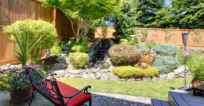 comment aménager un petit jardin avec galets et pelouse, idée petite cascade avec bordure en pierre dans un petit jardin