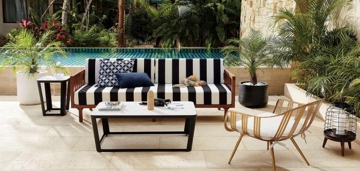 idée amenagement piscine moderne, décoration terrasse piscine en carrelage avec meubles noir et blanc, modèle lanterne en métal pour extérieur