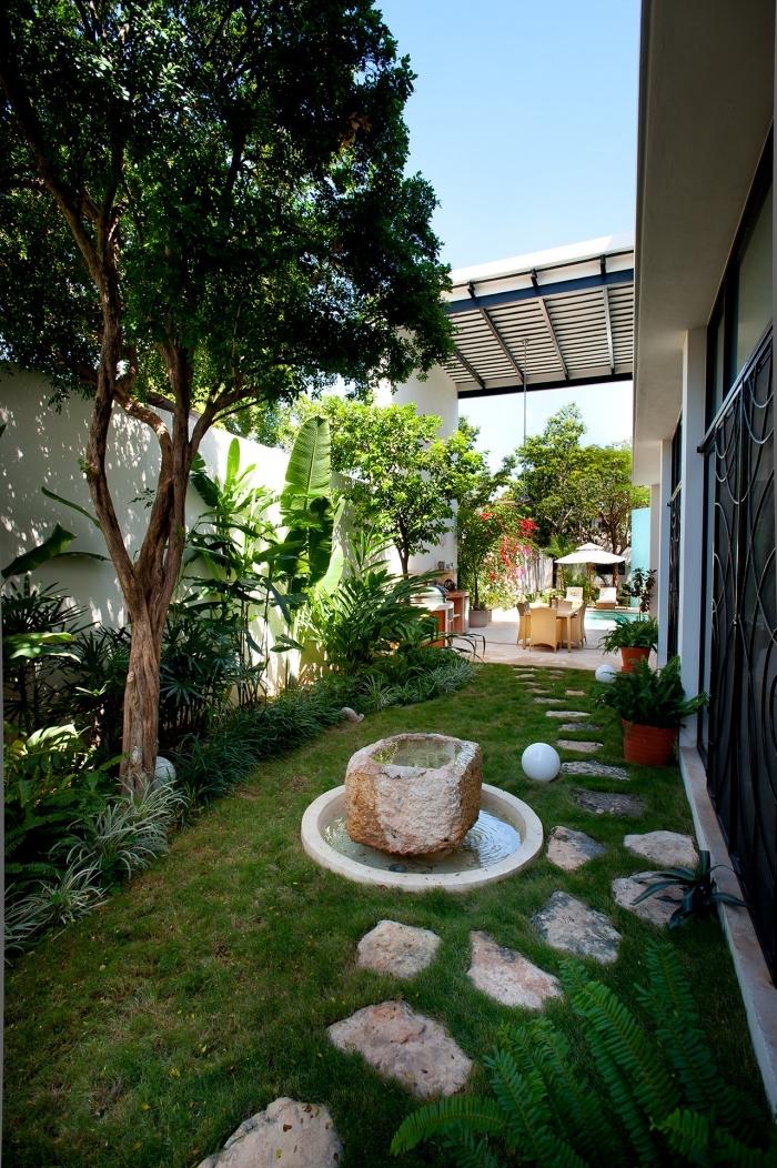exemple de jardin paysagé avec allée en pierre et petit bassin, déco extérieure petit espace avec gazon et arbres