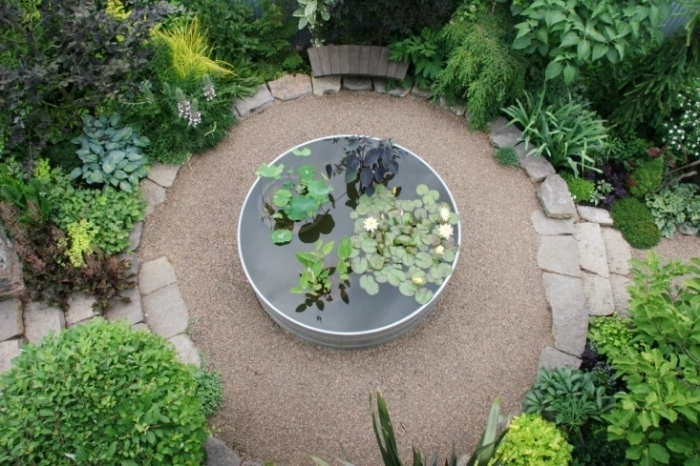 décoration zen dans un petit jardin en forme cercle avec petit bassin au centre, amenagement jardin paysager