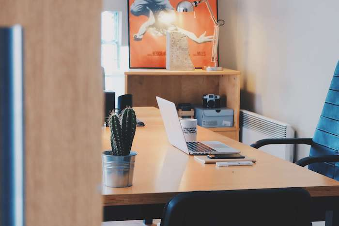 Idée de décoration de bureau, coin bureau chambre à coucher ou office, déco simple, cactus et laptop, grand tableau sur le coté