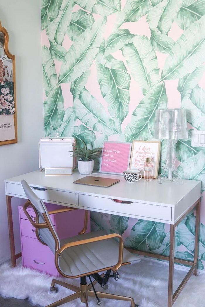 Mur papier peinte moderne à palmes feuilles grandes, rose et vert déco chambre avec coin de bureau, décoration de bureau motivation à travailler