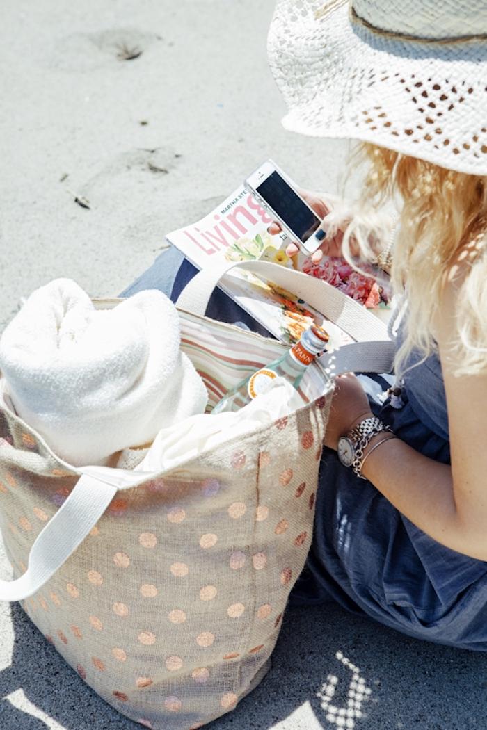 Faire soi meme son sac de plage, sac à main couture facile, modèles de sacs en tissu à faire soi-même, femme à la plage, chapeau blanc
