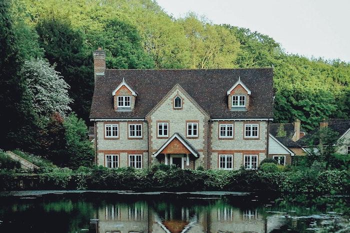 Maison en pierre au bord d'un lac, belle maison à la campagne, savoir a quel prix vendre sa maison à un promoteur