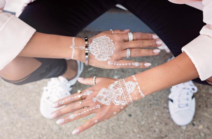 modele henné main à design mandala blanc avec petites flèches vers les doigts, idée art corporel temporaire