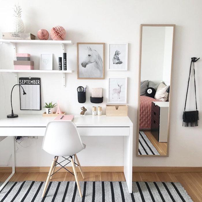 Étagère et bureau scandinave blanc, tapis rayé gris et noir, déco blanc et bois dans une chambre à coucher avec coin bureau, deco bureau, organisation bureau