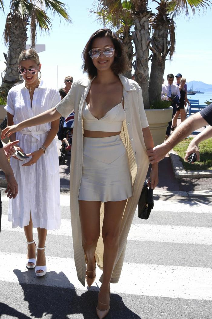 Tenue tout blanc nuance champagne, jupe et haute satin, combinaison pantalon femme chic, mode ete 2020, tenue femme célèbre