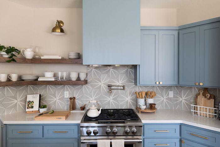 bleu et gris comme couleur cuisine, facade cuisine bleue, credence geometrique grise, étagère d angle bois, vaisselle blanche