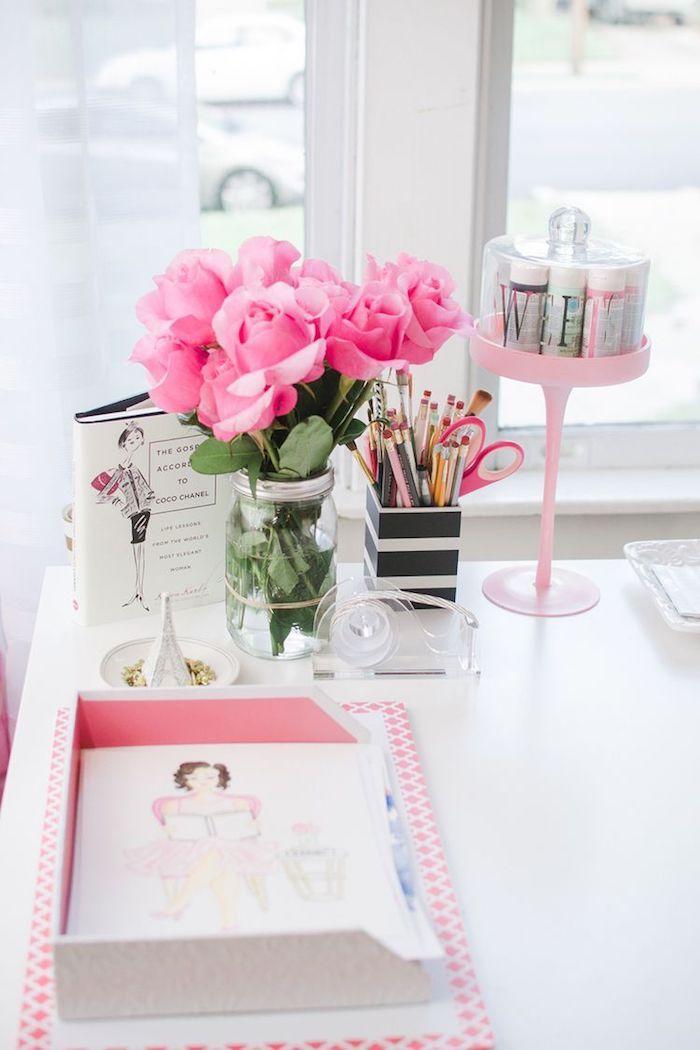 Roses dans une vase en verre, design de mode bureau féminine, bureau scandinave, deco bureau, organisation bureau