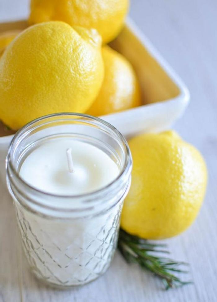 cire bougie fondue et versée dans un pot en verre, idée cadeau original à faire soi-même, exemple bougie diy