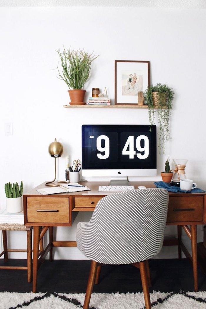 Bureau vintage bois, étagère avec plantes et une photo, tapis shaggy blanc et noir, déco scandinave rangement bureau, deco bureau inspiration tumblr