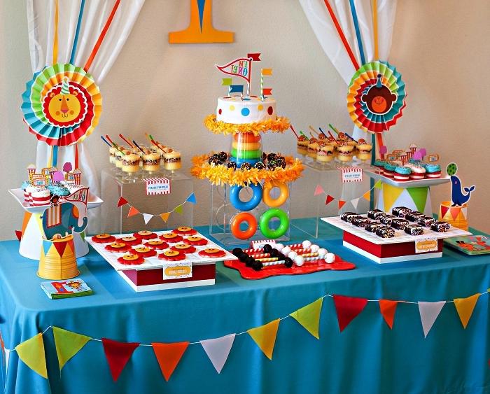 decoration anniversaire 1 an sur le thème de la cirque, déco de buffet anniversaire 1 an multicolore, candy bar d'anniversaire enfant sur le thème