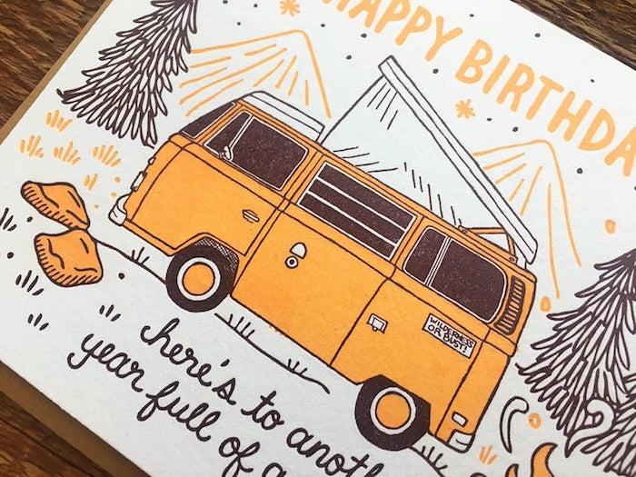 Bus hippie orange, dessin anniversaire, images anniversaire gratuites a telecharger pour les amoureux de la nature et le camping