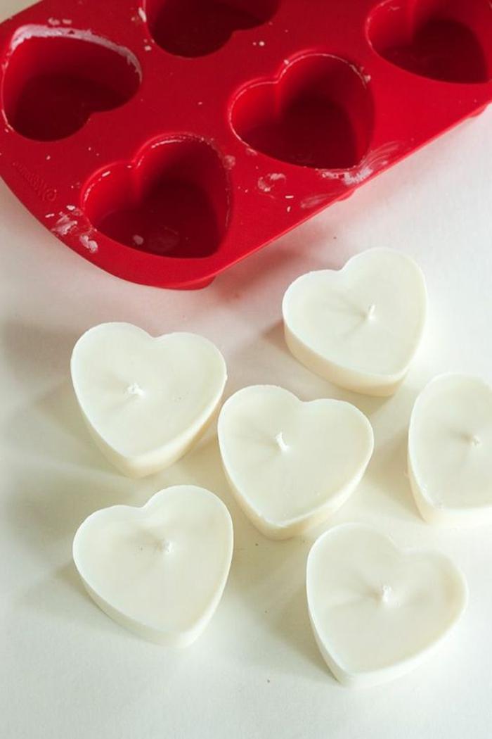 comment faire des bougies en forme de coeur, cire bougie dans moule coeur, modèles de bougies diy en forme coeur