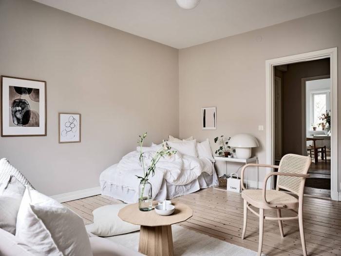 association de couleur neutre dans la déco, exemple de pièce minimaliste aux nuances beige avec meubles bois
