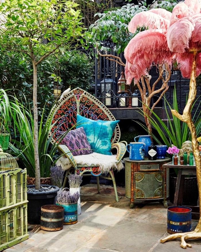 comment aménager son jardin, décoration extérieur petit espace avec mobilier et objets ethniques, modèle chaise paon décoré de coussins