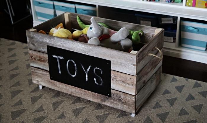 caisse de rangement en bois d'aspect vieilli avec tableau en ardoise, astuce de rangement dans la chambre d'enfant