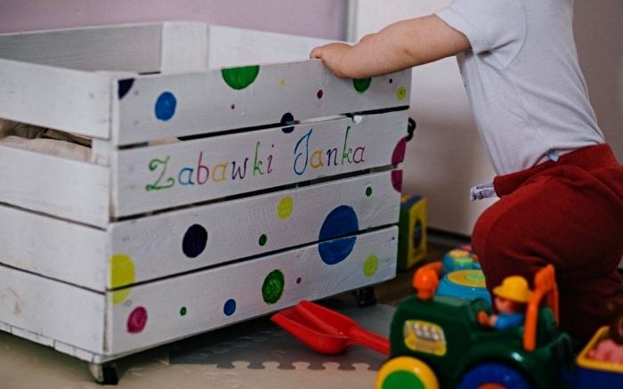 caisse de rangement sur roulettes peinte en blanc à design pois multicolore, caisse rangement pour jouets